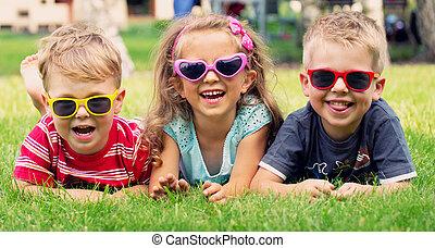 engraçado, quadro, de, três, tocando, crianças