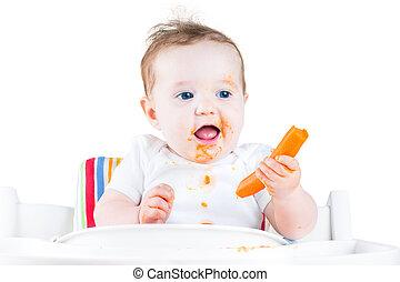 engraçado, rir, menina bebê, comer, um, cenoura, tentando,...