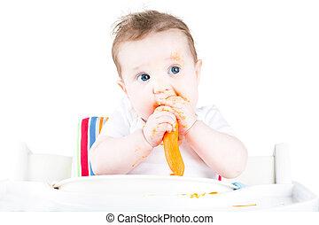 engraçado, sujo, bebê come, um, cenoura