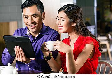 engraçado, tabuleta, observar, par, junto, vídeo, online, feliz