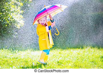 engraçado, toddler, com, guarda-chuva, tocando, chuva