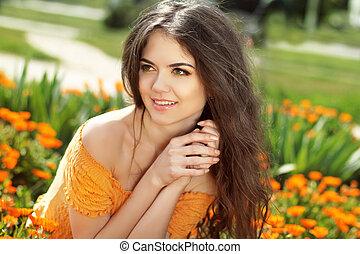 enjoyment., sorrir feliz, morena, mulher, com, braços, perto, rosto, abraçar, a, dourado, marigold, flores