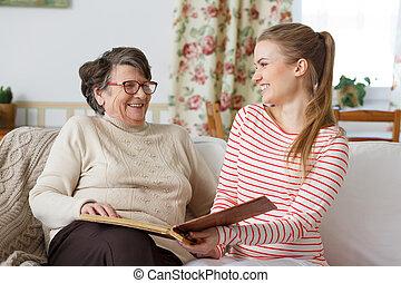enkelin, lachender, sie, grossmutter
