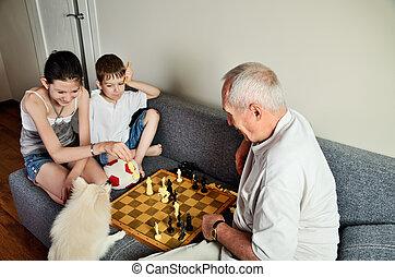 enkelkinder, hund, schauen, opa, schach, lächeln, spielende