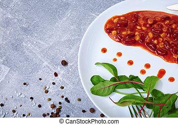 enlatado, feijões, em, um, temperado, tomate, sauce., um, prato, com, feijões assados, e, salada sai, ligado, um, tabela, experiência., cópia, space.