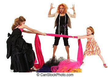 enojado, estropeado, desfile, niñas, lucha, encima, vestido, diseñador