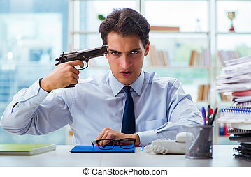 enojado, hombre de negocios, con, arma de fuego, pensamiento, de, el confiar, suicidio