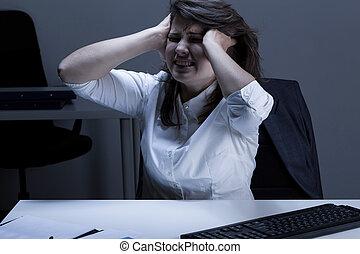 enojado, mujer, en, la oficina