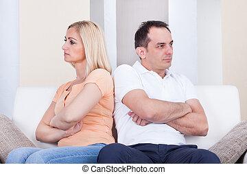 enojado, pareja, se sentar sobre sofá