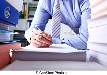 enorme, documenti, lavorativo, mano, penna, carta, presa a terra, maschio, argento, pacco