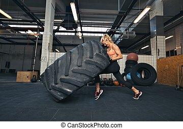 enorme, donna, crossfit, pneumatico, palestra, invertendo