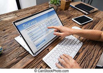 enquête, formulaire, personne affaires, ligne, ordinateur portable, remplissage
