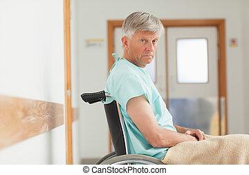 enquanto, cadeira rodas, olhar, homem câmera, sentando