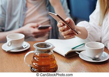 enquanto, chá, millennial, tabela, femininas, scrolling, tendo, ceda, smartphone