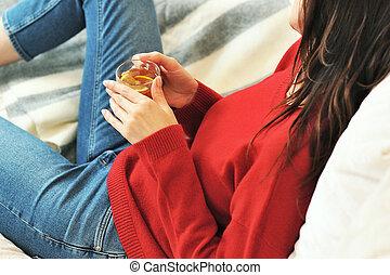 enquanto, jovem, sala, tea., vivendo, copo, chá, home., mentindo, bebendo, couch., pensando, segurando, sonhar, relaxante, limão, sofá, mulher