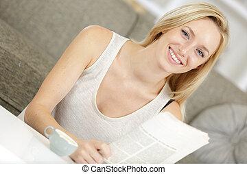 enquanto, loura, café, notícia, leitura, bebendo, bonito, papel, mulher