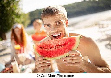 enquanto, melancia, rir, morder, bonito, homem