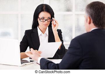 enquanto, mulher, dela, sentando, ajustar, jovem, formalwear, grisalhos, confiante, trabalho, papel, segurando, interview., frente, óculos, gesticule, homem