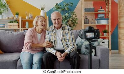 enregistrement, faire gestes, appareil-photo vidéo, bloggers, maison âgée, gens parler