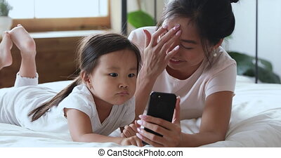 enregistrement, famille, vidéo, heureux, amusement, cellphone., vietnamien, avoir