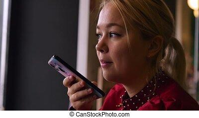 enregistrement, femme, message., audio, outdoor., téléphone, voix, enregistrement, cafe., parle, messages, joli, business
