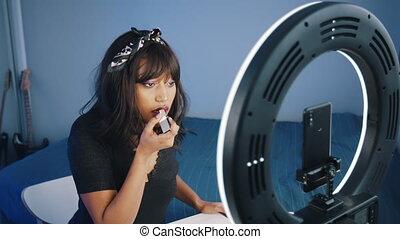 enregistrement, smartphone, demande, jeune, éclairé, anneau, achat, africaine, rouge lèvres, lumière, il, dame a peau noire , américain