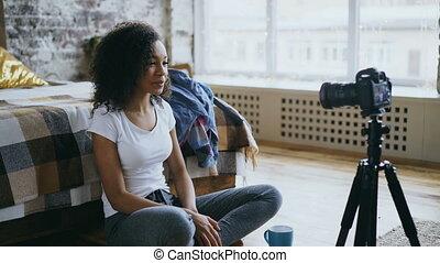 enregistrement, sur, dslr, elle, voyage, blog, appareil photo, vidéo, séduisant, africaine, garde-robe, maison, girl