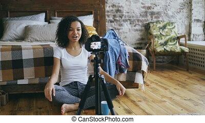 enregistrement, sur, elle, bouclé, voyage, blog, américain, appareil photo, vidéo, africaine, garde-robe, maison, fille souriant, dslr