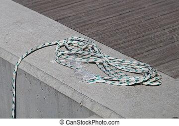 enrolado, amarração, linha, amarrada, ao redor, cleat, ligado, um, madeira, dock.