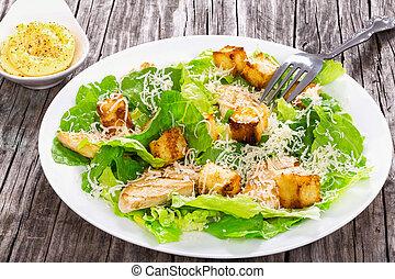 ensalada césar, con, pollo asado parrilla, en, un, placa blanca, primer plano