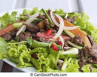 ensalada de carne de res tailandesa