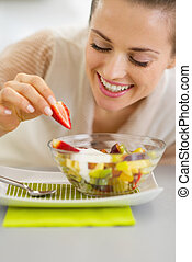 ensalada, joven, ama de casa, fruits, decorar, feliz