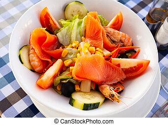 ensalada verde, maíz, lechuga, fresco, camarón, salmón, pepino, tomate