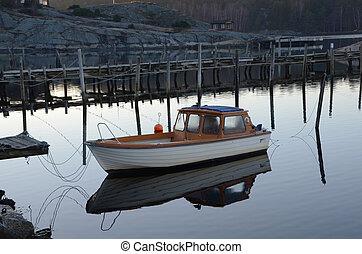 Ensam båt i hamnen Lonely boat in the harbor