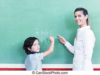 enseignante, à, écolier, à, tableau