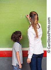 enseignante, expliquer, math, à, école primaire, gosse