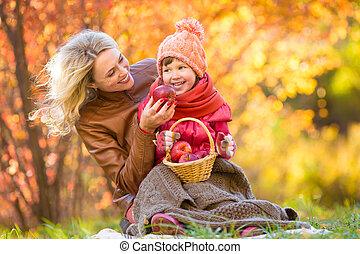 ensemble, automne, park., pinic, mère, confection, gosse