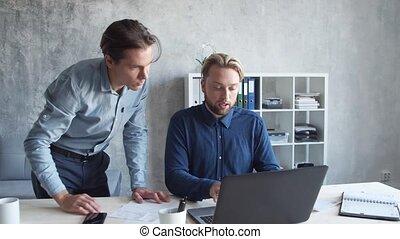 ensemble, bureau., avoir, démarrage, personnes, moderne, travail équipe, deux, business, coworking., hommes affaires, brainstorm.