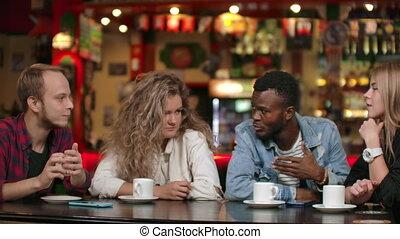 ensemble, conversation, amis, regarder, mobile, usage, compagnons, regarder, réunion, rire, jeune, table., heureux, asseoir, apps, vidéo, amusement, téléphone, multiculturel, smartphone, divers, rigolote, gadget, ligne, avoir
