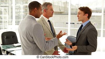 ensemble, conversation, hommes affaires