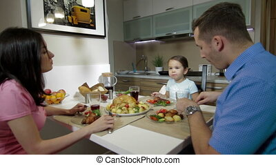 ensemble, dîner, jeune famille, avoir