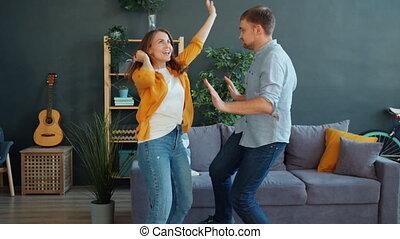ensemble, danse, mari, épouse, amusement, habillement occasionnel, avoir, appartement, porter