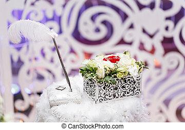 ensemble, de, alliances, dans, rouge blanc, rose, pris, closeup., mariage, concept., sélectif, foyer., arrangement fleur, boîte, pour, anneaux, accessories., les, cérémonie, de, mariage