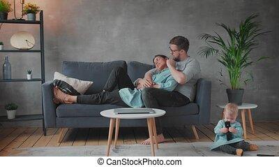 ensemble, famille, jouer, comfort., sofa., maison heureuse, jeune, family.