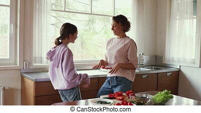 ensemble, fille, maman, cuisine, cuisine, danse, rigolote, apprécier