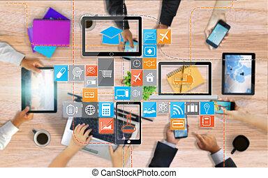 ensemble, mains, intelligent, média, fonctionnement, business, réseau, social, équipe, utilisation, téléphone., concept
