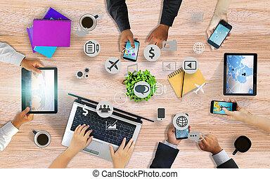 ensemble, mains, intelligent, média, fonctionnement, business, réseau, social, au-dessus, équipe, téléphone., utilisation, bureau, concept