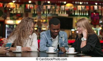 ensemble, multinational, amis, dire, rigolote, table, femme, hommes, tasses, séance, histoires, café, company.
