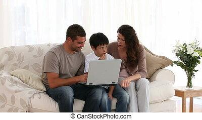 ensemble, ordinateur portable, famille travaillante