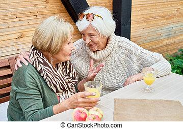 ensemble, petites amies, personne agee, café